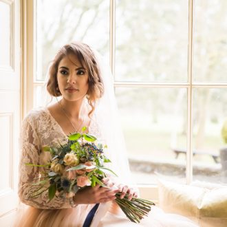 12 garden wedding photography London blush bride bouquet